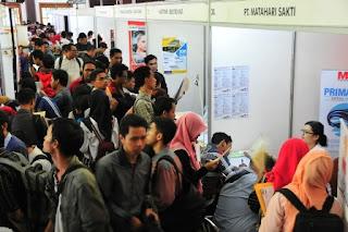 ribuan pencari kerja mendatangi acara job fair 2015