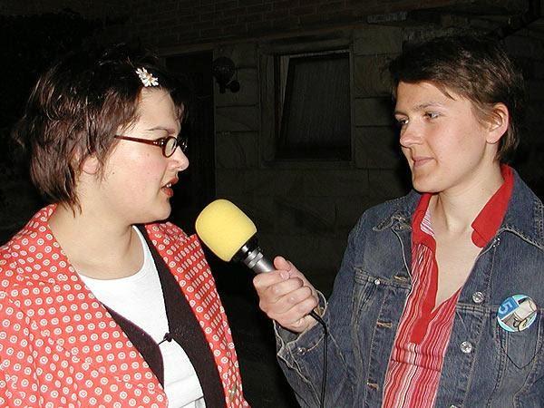 Nina Mühlmann, Mitinitiatorin der Kunst an der Sollbruchbude in Dortmund (l.) u. AW - Redateurin Anna Kopetsch (r.) (Foto: Marek Schirmer)