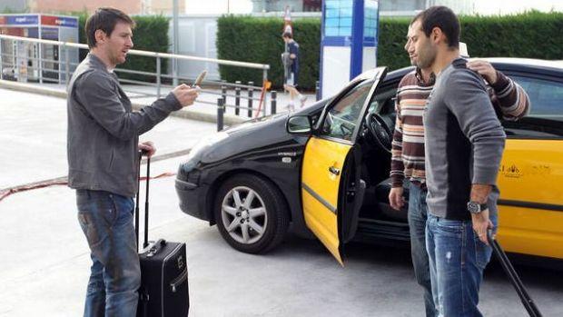 Messi tirando foto de taxista com Mascherano