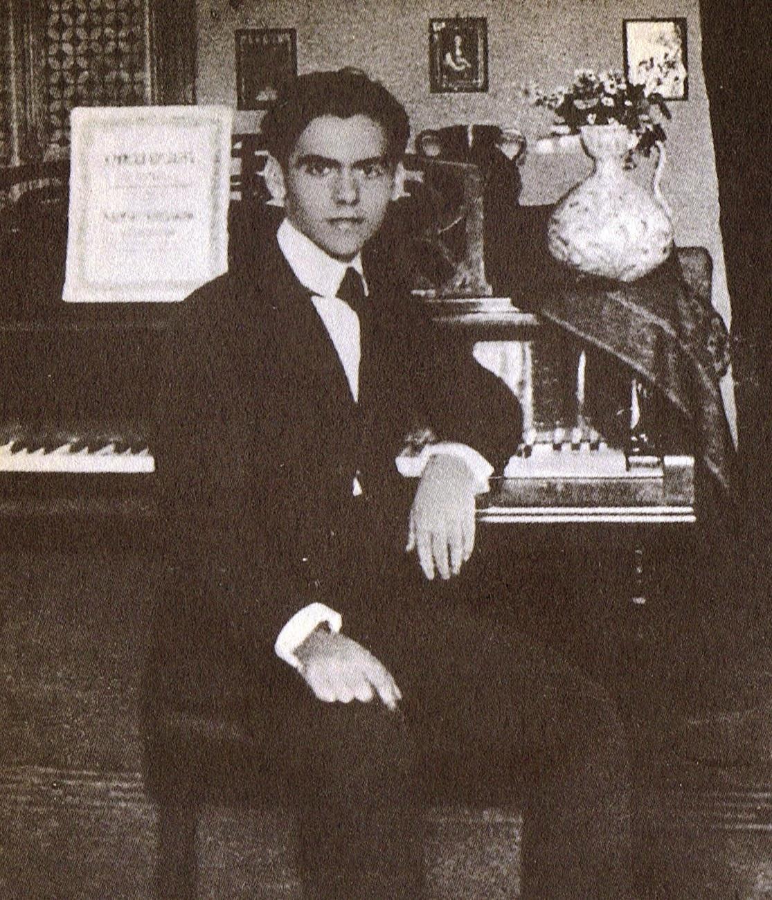 Lorca ante el piano en Granada