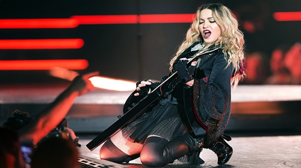 """Madonna es abucheada y le pide a sus fans que dejen de """"actuar como diva"""" en su show (VÍDEO)"""