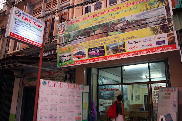 Agencia de viajes en la calle principal de Pakse
