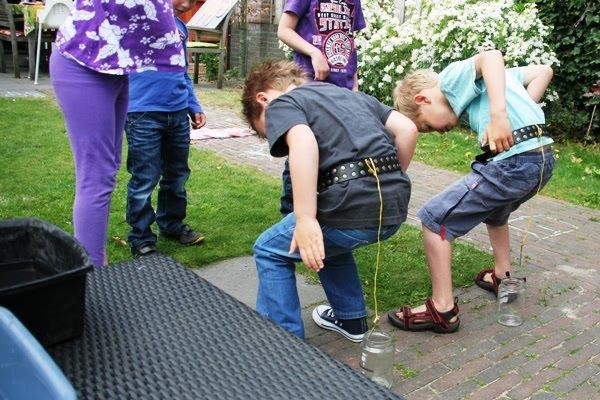 Oud-Hollandse spelletjes spelen in de achtertuin
