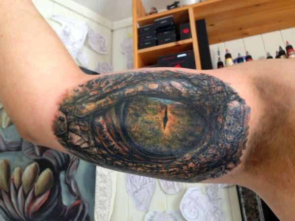 Olho de Crocodilo no braço Tattoo