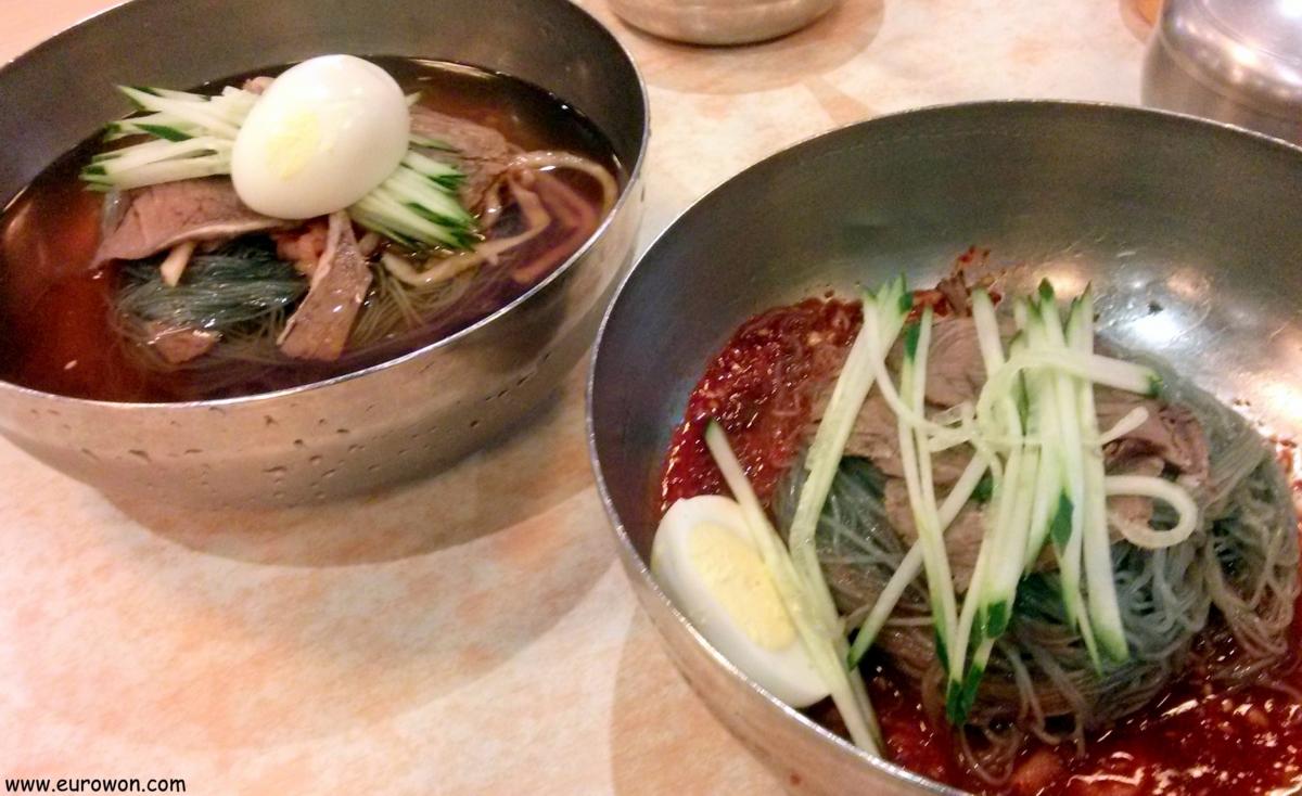 Platos de naengmyeon fideos fríos coreanos