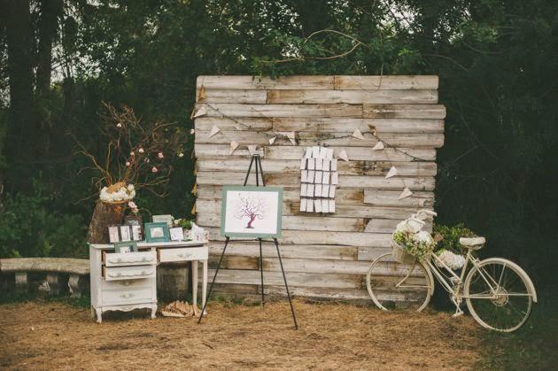 tambin puedes reciclar palets para la decoracin de algunos espacios de tu boda para hacer un photocall o para decorar un mural con las fotos de los