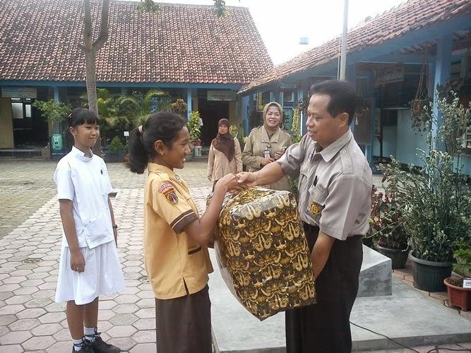 hadiah perpisahan guru
