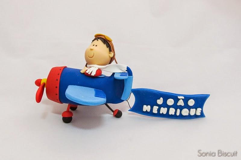 Topo de Bolo Biscuit Menininho no Avião Aviador