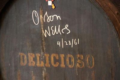 Orson Wells firma en bota de Bodegas Tío Pepe. Blog Esteban Capdevila