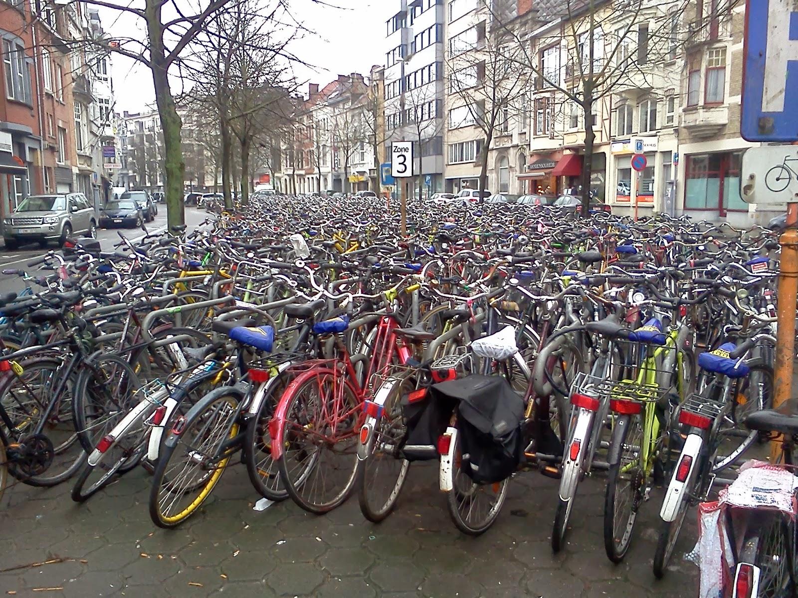 Bicicletas estacionadas frente a la estación, en Gante