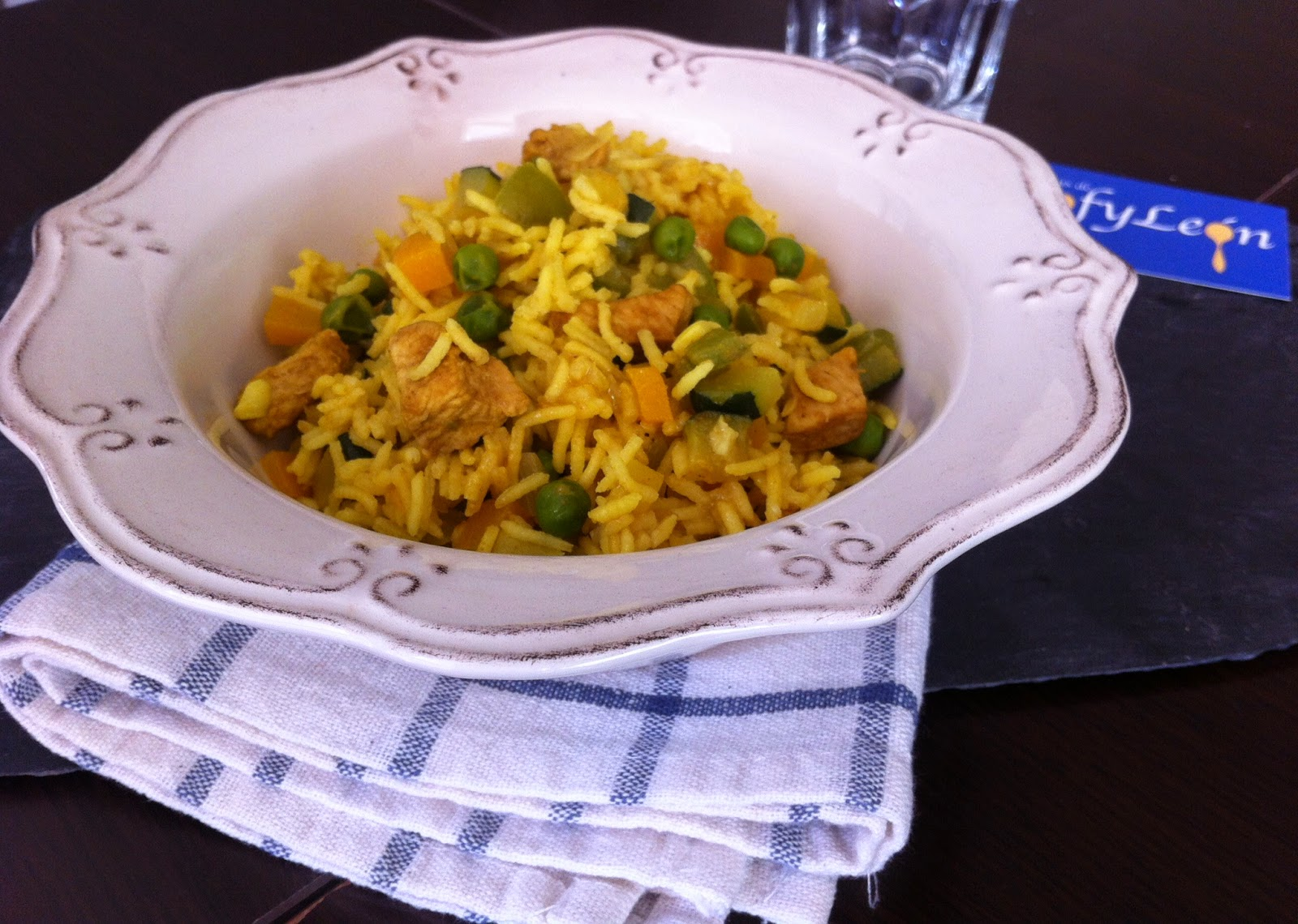 Receta de arroz con pollo y verduras al curry.