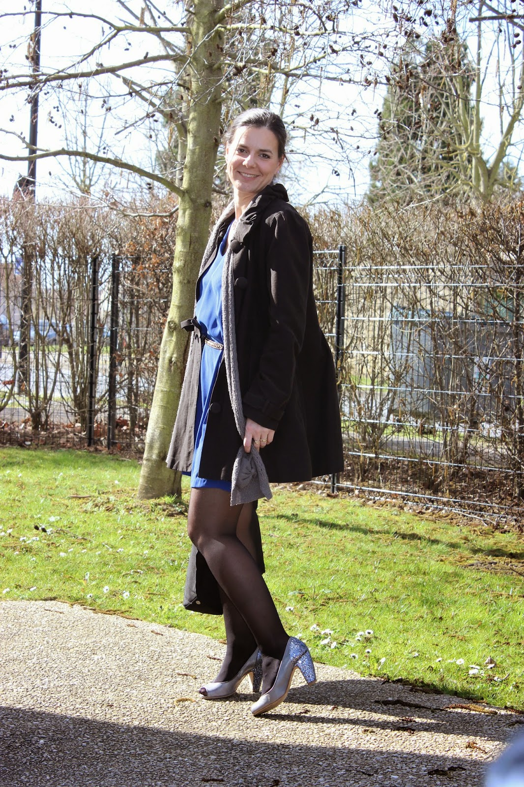 robe bleue Akoz, manteau naf naf, chaussures Zalando, sac Marc Jacobs