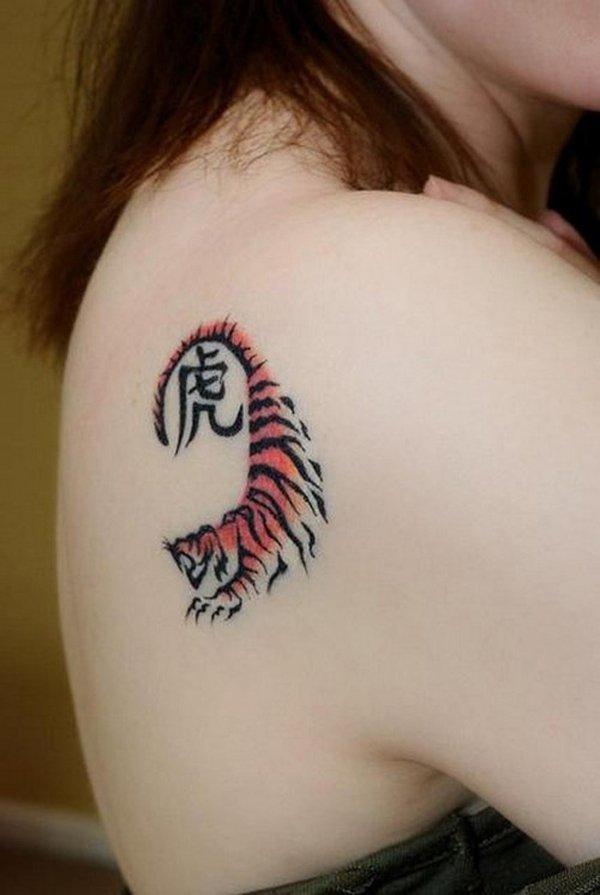 chica con tatuaje pequeño , es un animalito en estilo sencillo