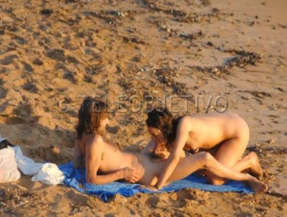 hombres famosos desnudos en la playa: