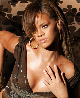 Rihanna uzun saçlarını açık kahve rengine boyatmış ve doğal bir görünüm kazanmıştır. Ayrıca yine bu renk Rihanna'ya masum bir görünüm kazandırmaktadır. Rihanna açık kahve saçlarına düz fön çektirmiştir ve uzun kahküllerine fön yardımı ile bombeli bir şekil verdirmiştir. Uzun ve bombeli kahküllerini yana ayırarak mükemmel görselliğini ön plana çıkarmıştır.