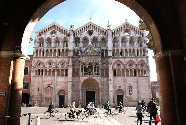 exteriores-del-Duomo-Ferrara-Italia