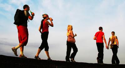 5 فوائد صحية للمشى يوميا,رياضة المشى الهرولة تسبق الجبال اصدقاء اصحاب رحلة ,friends walking journey sport