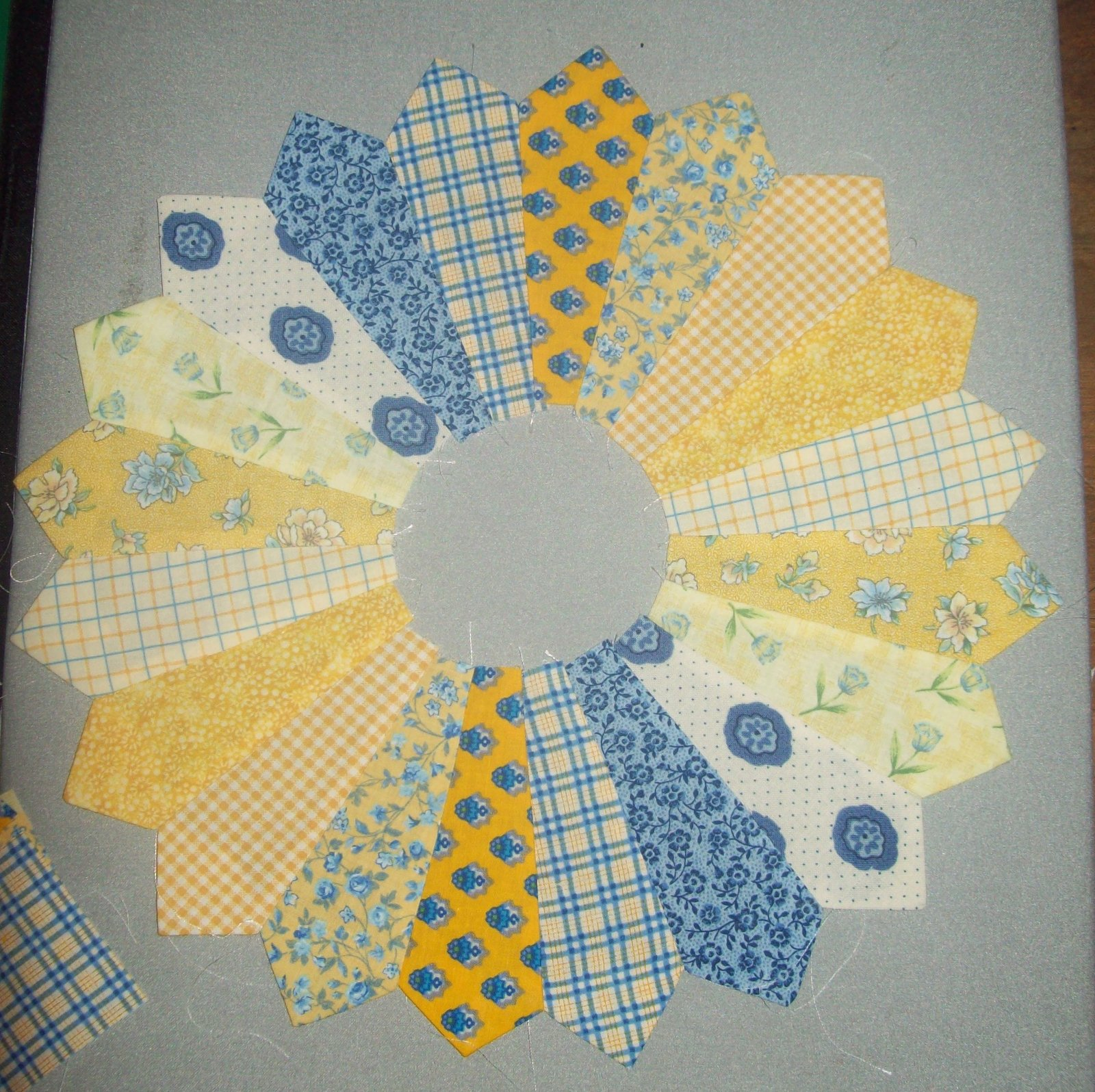 My Quilt Diet Dresden Plate Table Topper
