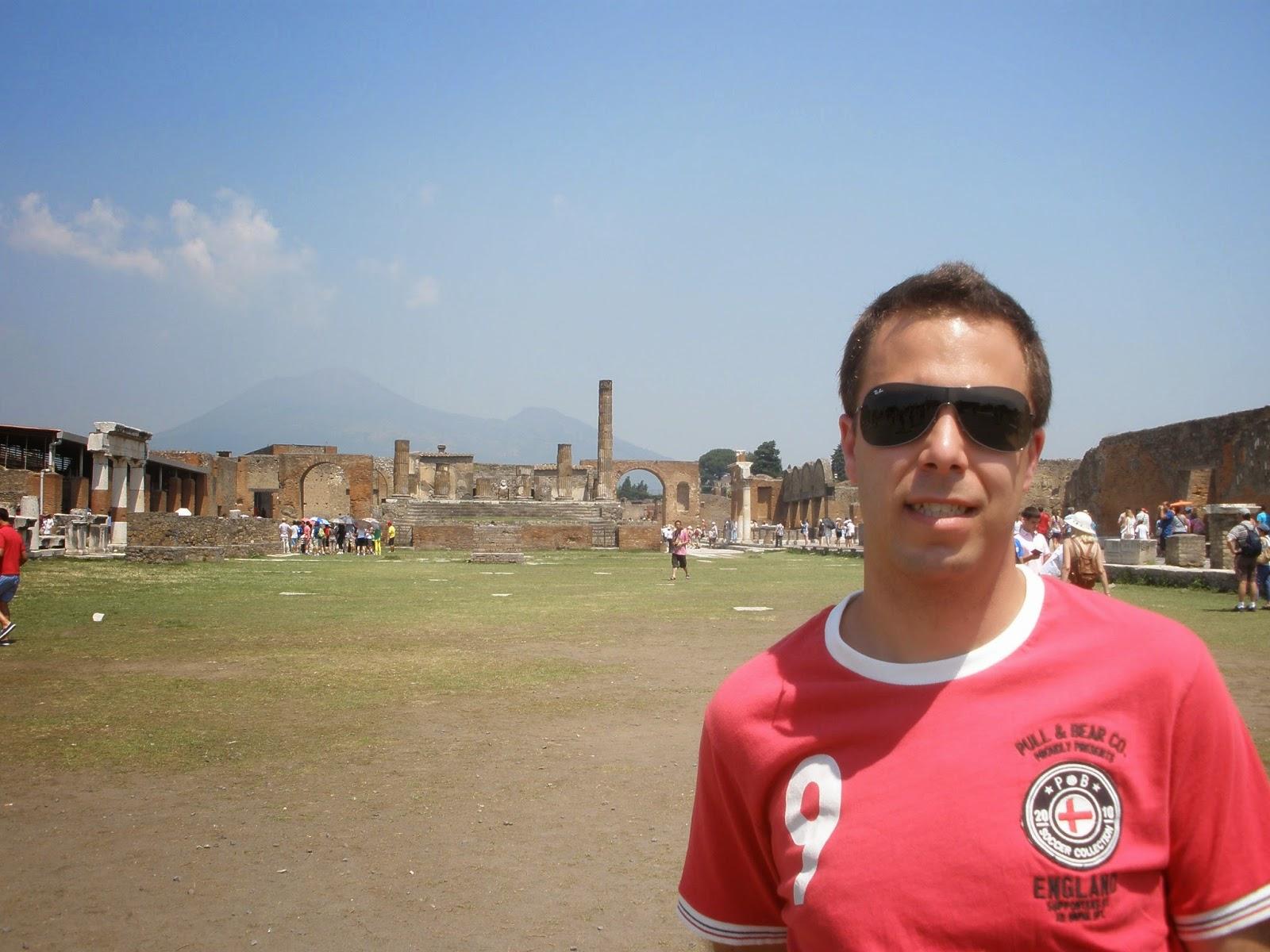 Foro de Pompeya, al fondo el Templo de Júpiter, con el volcán Vesubio al fondo