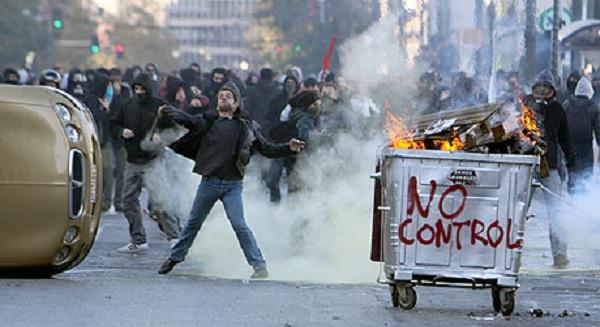 Βίντεο ΣΟΚ..Γάλλοι πολεμούν «χούλιγκαν μετανάστες» στους δρόμους του Παρισιού.