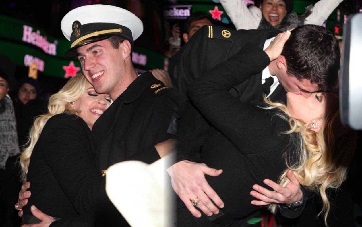 http://1.bp.blogspot.com/-WeAsMmwSgNU/UOU3lBKZVKI/AAAAAAAAA7Q/OVip-Dncye8/s1600/Jenny+McCarthy+kissing+with+benjamin+cooper.jpg