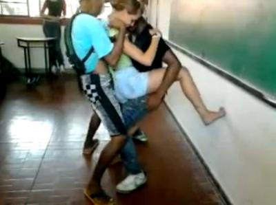 Alunos brasileiros dançam funk na sala de aula