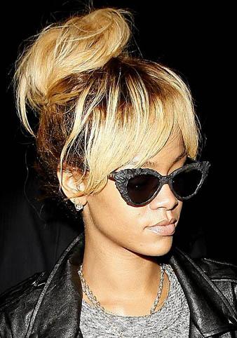 Rihanna bu defa sarı saçlarına salaş ve yüksek bir topuz yaptırmış ve yine kahküllerini ortadan ikiye ayırarak spor kıyafetlerin üstüne gidebilecek müthiş bir saç modeli yaratmıştır.