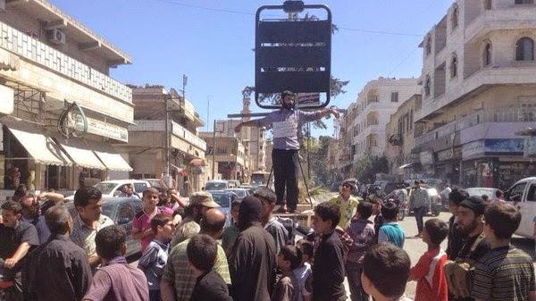 بالصور.. تنظيم داعش يصلب سورياً 8 ساعات وهو حي