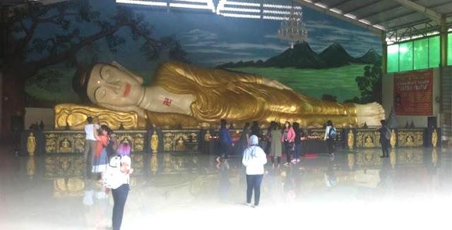 Patung raksasa Buddha Tidur di Bogor.