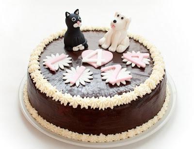 Črna muca in beli kuža torta