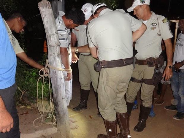 Homem só foi solto com a chegada de policias (Foto: Reprodução/Blog do Sig Vilares)