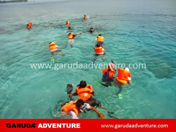 Kegiatan snorkling di pulau pelangi