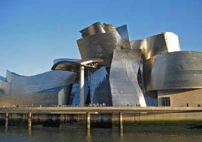 Museu Guggenheim Bilbao, estilo pós-moderno. Concebido pelo arquiteto FranSSk Gehry, e terminado em 1997.