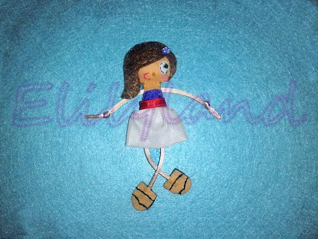 Mini-Elily Muñeca Broche Fieltro Vestido Blanco Azul Rojo Sandalias