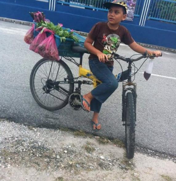 Masih terlalu muda, tapi budak lelaki ini gigih jual ulam-ulaman dengan berbasikal untuk menyara keluarga