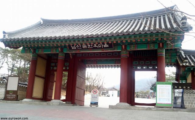 Entrada de la aldea tardicional hanok Namsangol de Seúl