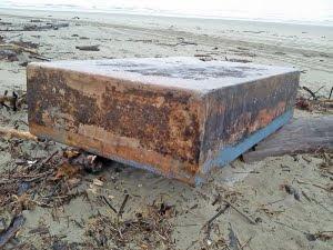 el hoax de las cajas de metal en las playas de oregon