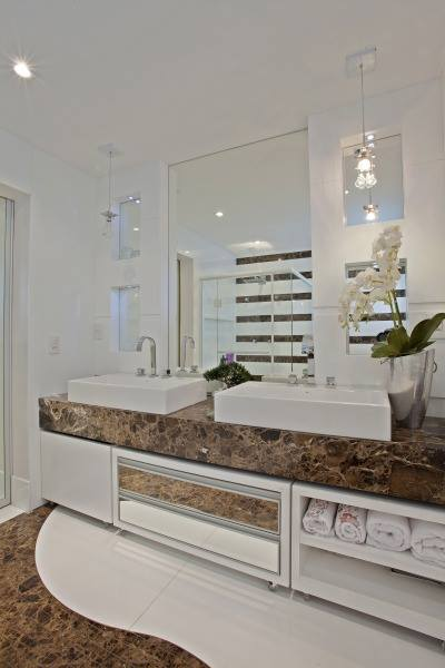 Construindo Minha Casa Clean BanheirosLavabos Modernos com Pendentes de Cri -> Banheiros Decorados Por Iara Kilares