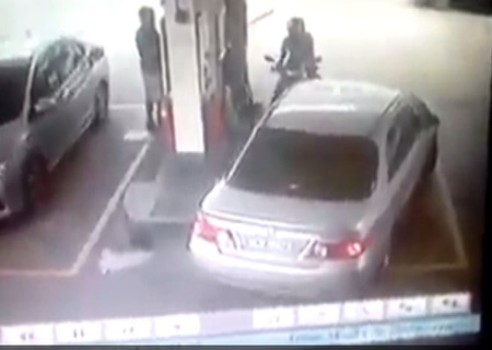 Video Kereta Langgar Motor Berebut Pam Minyak