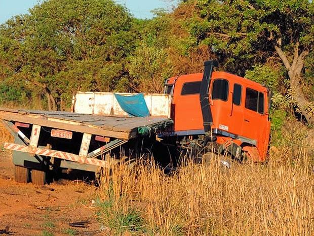 Carreta envolvida no acidente caiu no acostamento da estrada. (Foto: Sigi Vilares/ Blog do Sigi Vilares)