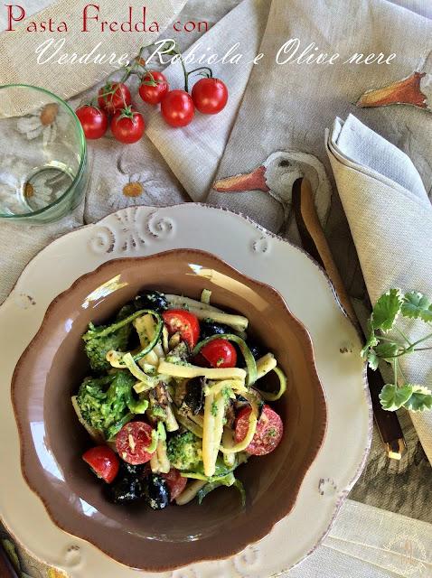 pasta fredda con verdure, robiola e olive nere. mirtilla e il furto di pomodorini...