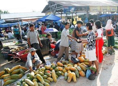 http://1.bp.blogspot.com/-Wi7iR7Wf0PI/TetKiqa7IlI/AAAAAAAAAEw/YYg-Cf9J4Zw/s1600/Pasar-tradisional-pasar-dupa-masih-ramai-dikunjungi-pembeli-terutama-pada-hari-minggu-dan-hari-libur-ft-mirshal.jpg