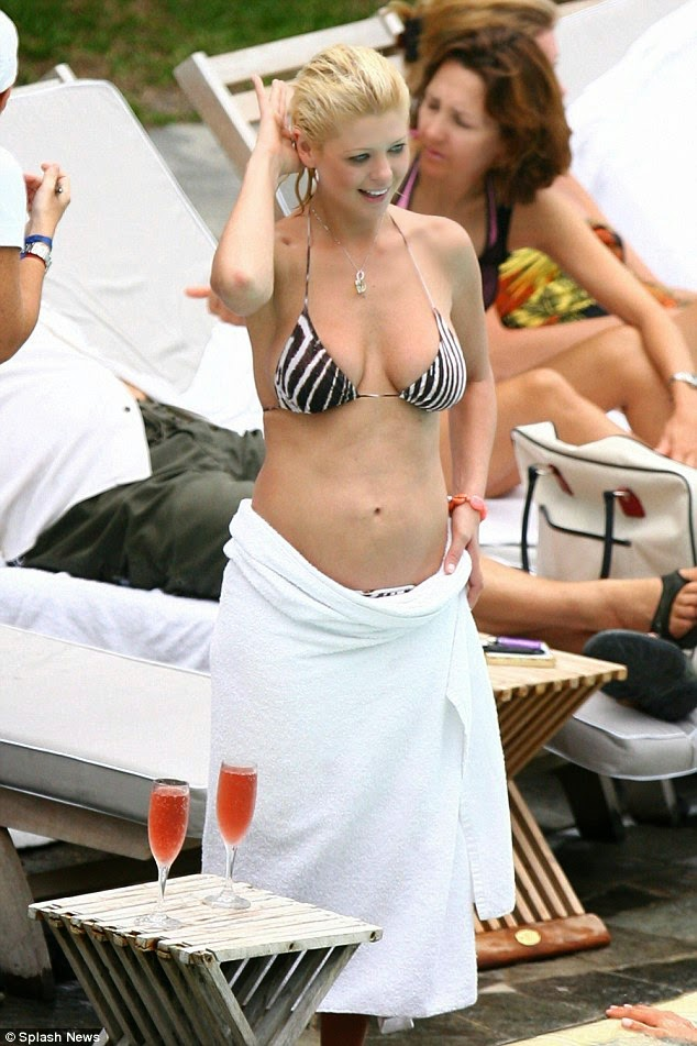 الممثلة الأمريكية تارا ريد تسقط على الأرض بعد حفلة في لوس انجلوس