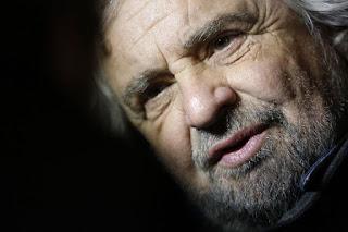 """Ο Ιταλός κωμικός, που έγινε πολιτικός ο Beppe Grillo θα είναι στην Αθήνα την Κυριακή για να υποστηρίξει την κλήση του Έλληνα Πρωθυπουργού Αλέξη Τσίπρα για ένα """"όχι"""" σε περισσότερη λιτότητα."""