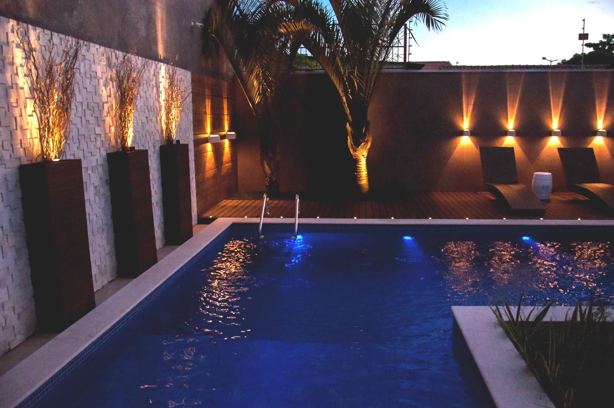 Flash curitiba ilumina o d o tom em quintal paradis aco for Luminarias para piscinas