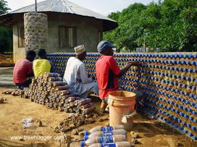 Muro en construcción con botellas plásticas recicladas