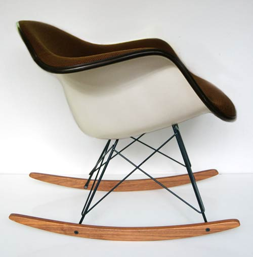 Rocking chair tissu marron eames love design for Reedition chaise eames