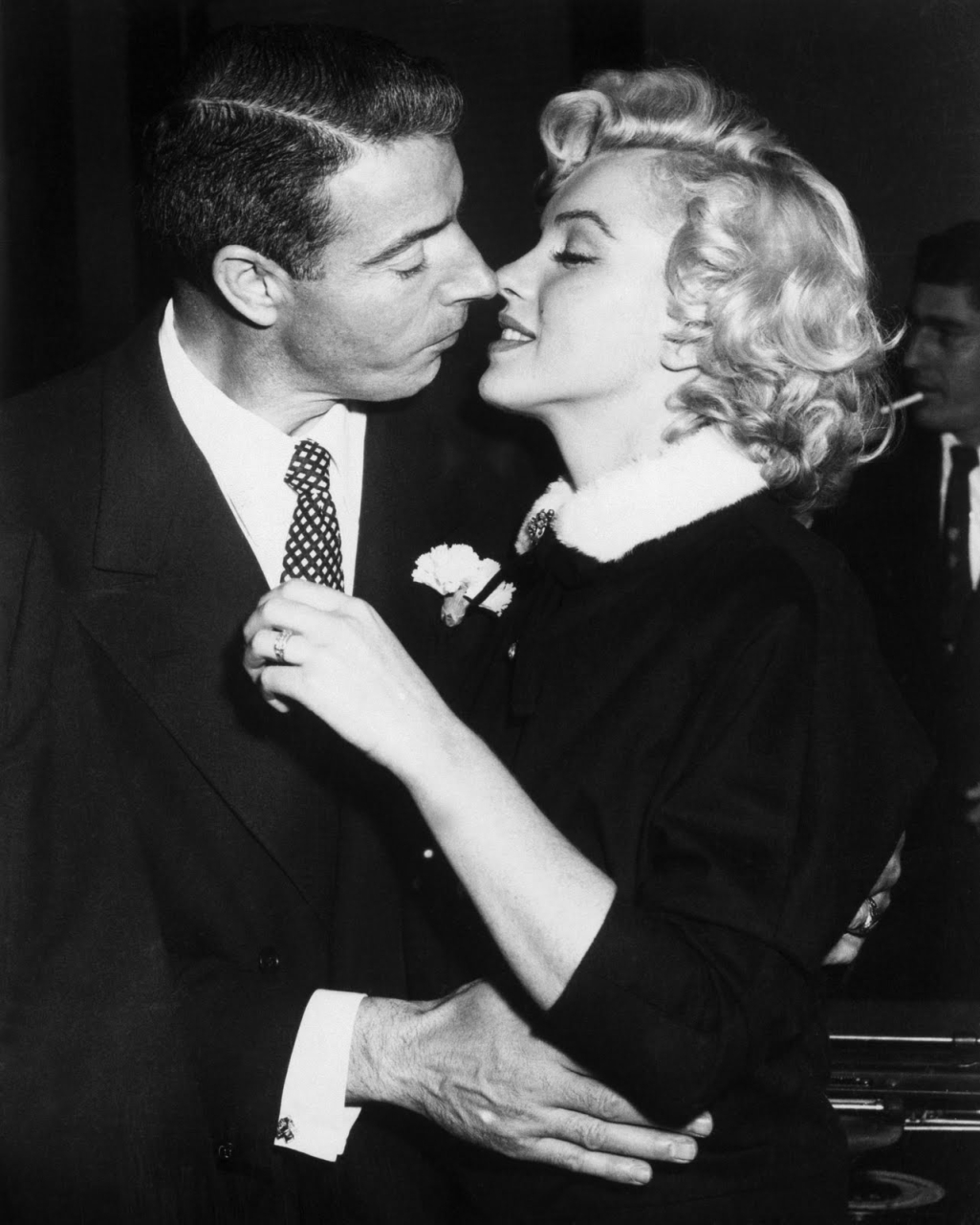 http://1.bp.blogspot.com/-WkcdhCLf6MI/Tw_5Yp7z8NI/AAAAAAAADuQ/bXUJNCH5g0E/s1600/Marilyn+Monroe+and+Joe+DiMaggio+-+Marilyn+Monroe+-+Madness+and+her+last+days.jpg