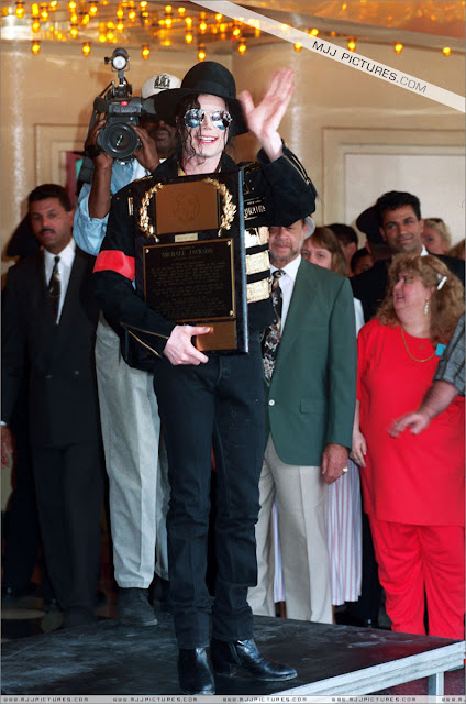 Foto di Michael e i bambini - Pagina 21 Michael_jackson_awards_guinness_may_1993+(30)