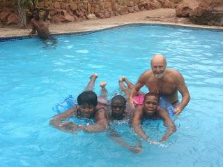 Marjo werpt zich daarbij op als een vrijwillige badmeester. Hij geeft zwemles.